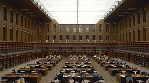 Das Foto zeigt einen Blick in den Zentralen Lesesaal der Staats- und Universitätsbibliothek Dresden. An den Arbeitsplätzen sitzen viele Studierende.