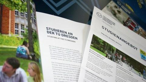 """Das Foto zeigt Informationsmaterial der TU Dresden. Vordergründig ist ein Heft zum Thema """"Studieren an der TU Dresden"""" und ein Informationsblatt zum Studienangebot."""
