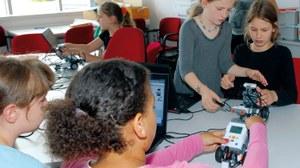 Mädchen im Roboter Labor