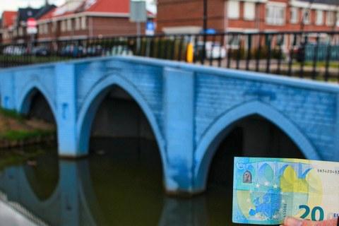 Bild der 20-EUR-Brücke mit 20-EUR-Schein daneben