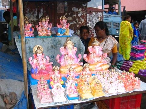 Ganeshstatuen zum Verkauf an einem Stand