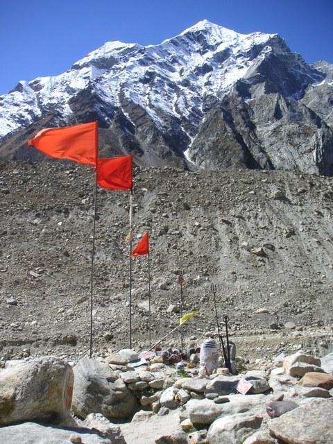 im Himalaya, nach Gaumukh. Rote Fahnen im Wind im Hintergrund ein 4000m hoher Berg.