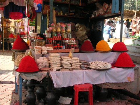 Gewürze zu verkaufen in Indien an einem Marktstand