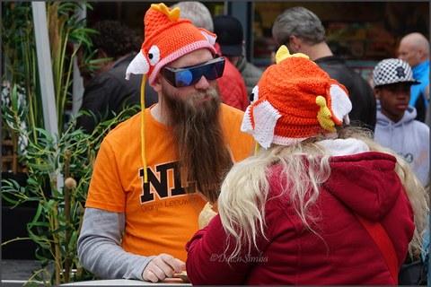 Menschen tragen orange Fischhüte zum Koningsdag