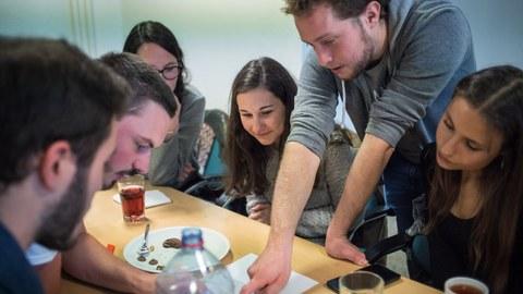 Studierende am Tisch