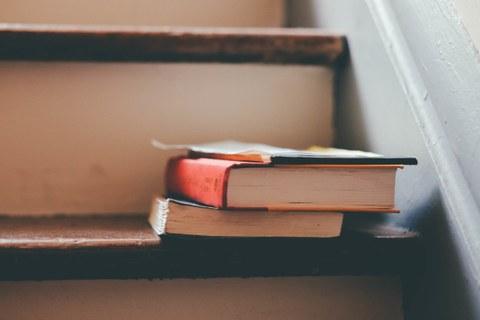 Bücher auf Treppe