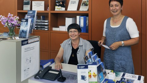 zwei Mitarbeiterinnen in ihrem Büro