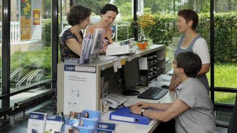 zwei Mitarbeiterinnen im Gespräch mit zwei Studentinnen