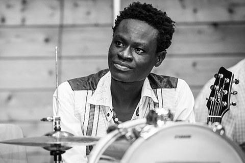 Foto von Ezchial Wendtoin Nikiema hinter einem Schlagzeug.