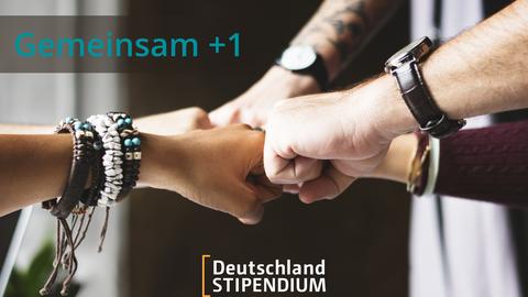 """Links oben der Schriftzug """"Gemeinsam +1"""". In der Mitte des Bildes stoßen 4 Fäuste zusammen. Unten in der Mitte ist das Logo des Deutschlandstipendiums."""