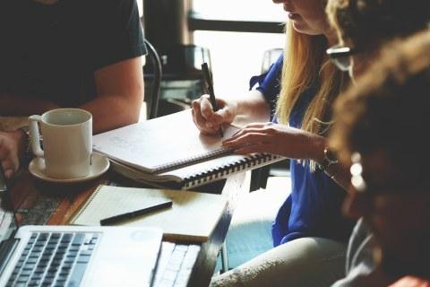 Gruppe von Student/innen arbeitet gemeinsam.