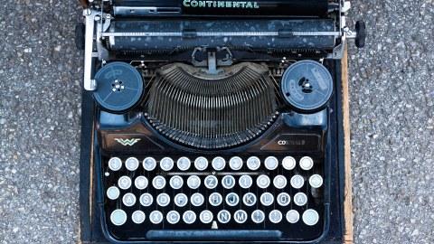 alte blaue Schreibmaschine