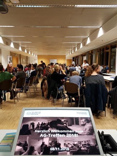 Hörsaal mit Stipendiat/-innen beim AG-Treffen