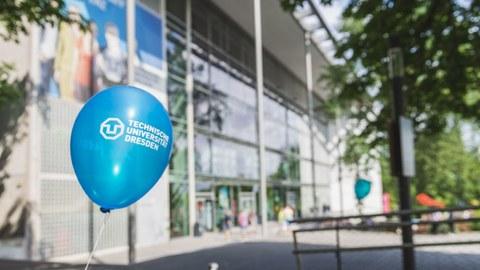 blauer Ballon vor dem HSZ