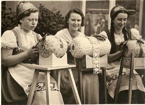 Volkskunstmuseum - Klöpplerinnen im Erzgebirge, 1936
