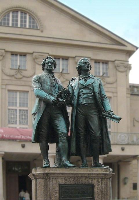 Goethe und Schiller vor dem Nationaltheater in Weimar