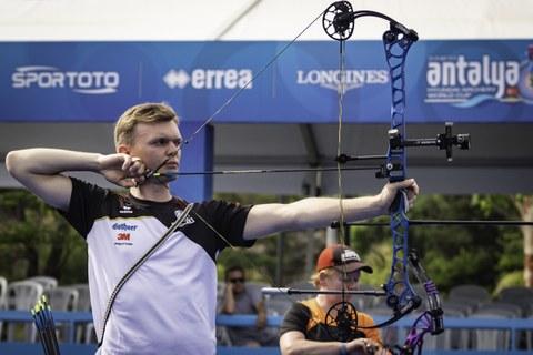 Foto von Leon Hollas, Sportstudent beim Zielen mit dem Bogen