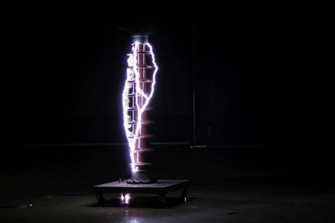 Das Bild zeigt ein Foto von einem künstlich erzeugten Blitz.