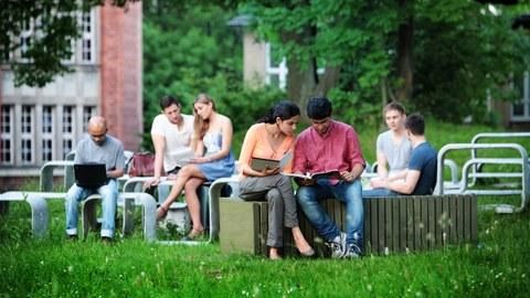 Studenten vor dem Beyerbau