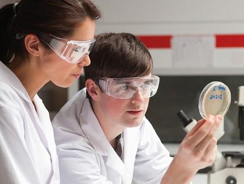 Studentin und Student im Labor