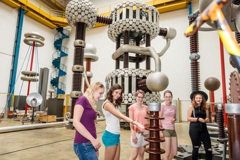 Foto von fünf Schülerinnen im Hochspannungslabor der TU Dresden.