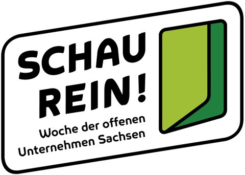 """Logo. Auf der linken Seite ist """"SCHAU REIN!"""" zu lesen, darunter """"Woche der offenen Unternehmen Sachsen"""". Rechts ist ein zweifarbiges Symbol. Text und Symbol sind mit einer schwarzen Linie umrandet, wodurch sich ein Rechteck mit abgerundeten Ecken ergibt."""