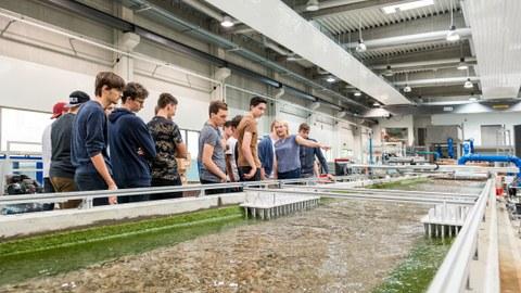 Studieninteressierte besichtigen das Wasserbaulabor während der Projektwoche zur Sommeruniversität 2018