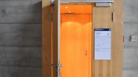 """Das Foto zeig einen Eingang zum """"Audimax"""" im Hörsaalzentrum der TU Dresden."""