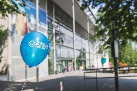 Luftballon mit dem Logo der TU Dresden vor dem Hörsaalzentrum