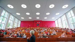 Studierende sitzen in einem Hörsaal während einer Vorlesung.