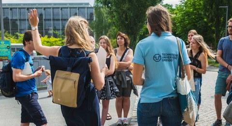 Schüler an Orientierungstafel auf dem Campus der TU Dresden