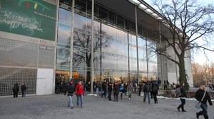 Eingangsfront des zentralen Hörsaalgebäudes der TU Dresden mit Studierenden davor