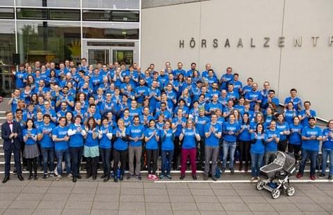 Das Team der TU Dresden vor dem Hörsaalzentrum