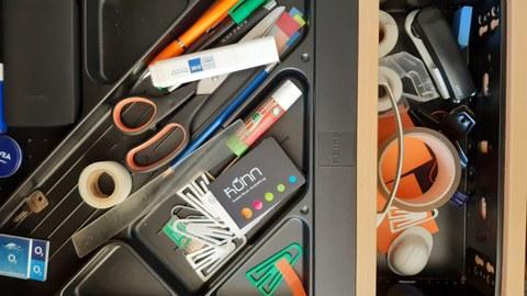 Büromaterial in einer Schublade