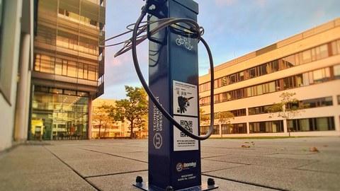 Das Bild zeigt die neue Fahrradreparaturstation am CRTD