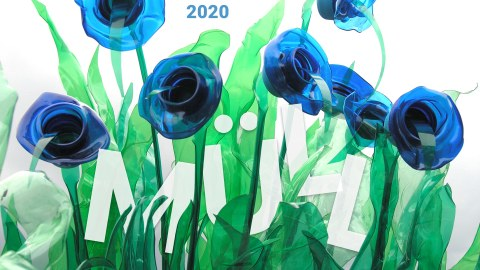 Das Bild zeigt Plastikmüll im Wasser. Der Müll sieht auf den ersten Blick aus wie eine Blumenwiese.