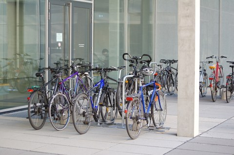 """The new bike stands at the inner courtyard of the Building Neubau """"Chemische Institute"""" with setted bikes"""
