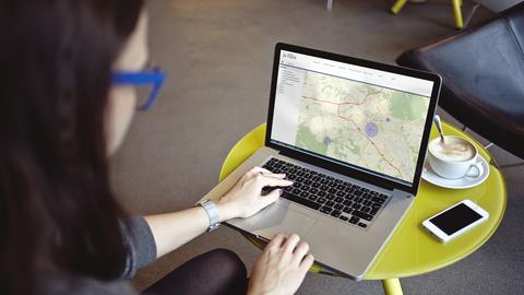 Foto einer Frau, die am Laptop sitzt und im Campusnavigator nach einem Standort sucht