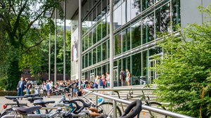 Foto vor dem HSZ mit Fahrrädern im Vordergrund