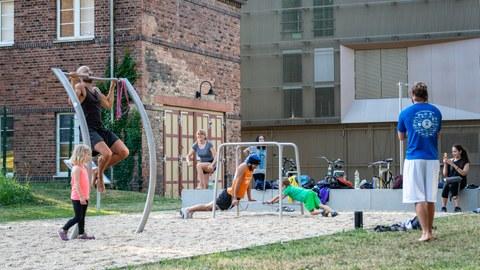 Foto von Personen, die beim TU-Was-Pfad Sport treiben