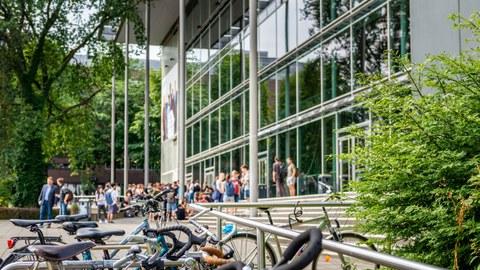 Foto von Fahrrädern vor dem Hörsaalzentrum