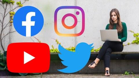 Junge Frau sitzt mit einem Laptop auf einer Parkbank. Links von ihr sind die Logos verschiedener Social Media-Plattformen abgebildet.