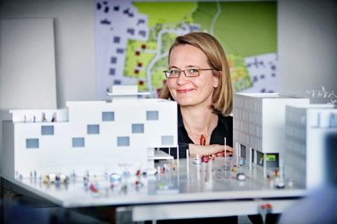 Prof. Gesine Marquardt mit Stadtmodell