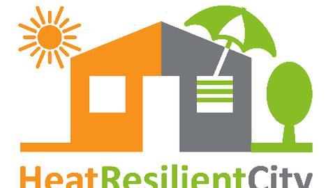 """Grafik eines Hauses mit spitzem Dach, rechte Hälfte Grau mit einem grünen Sonnenschirm auf dem Dach, links orange mit einer Sonne darüber, rechts ein Baum. Darunter der Schriftzug """"HeatResilientCity""""."""