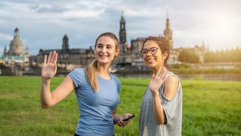 Studentinnen auf den Elbwiesen vor Dresdner Kulisse