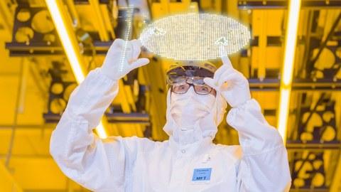 Eine Reinraumarbeiterin bedient einen virtuellen Bildschirm.