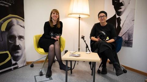 Katja Meier, Staatministerin der Justiz und für Demokratie, Europa und Gleichstellung (links), und Prof. Dr. Anja Besand, Direktorin der JoDDiD, während der Veranstaltung zum einjährigen Bestehen des JoDDiD.