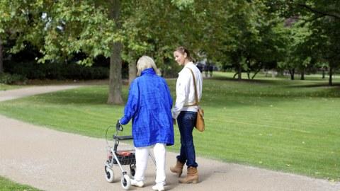 alte und junge Frau im Park