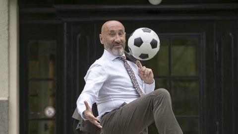 Prof. Hurtado mit Fußball