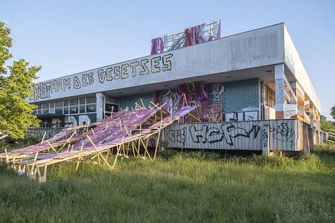 """Die Installation """"The Arrival of Magenta"""" von Henning Haupt an der Fassade der robotron-Kantine."""